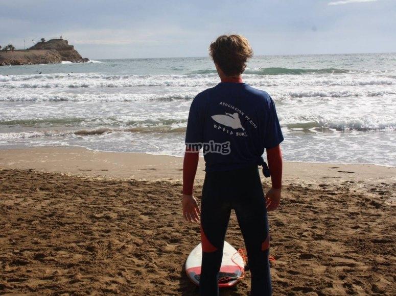 Surfista contemplando el mar