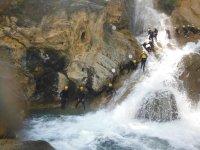 在哈恩(Haén)溪降
