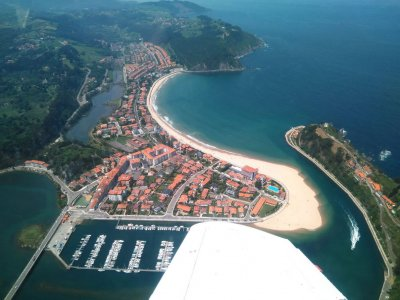 Pilota una avioneta en Asturias con Aeroclub Llanera