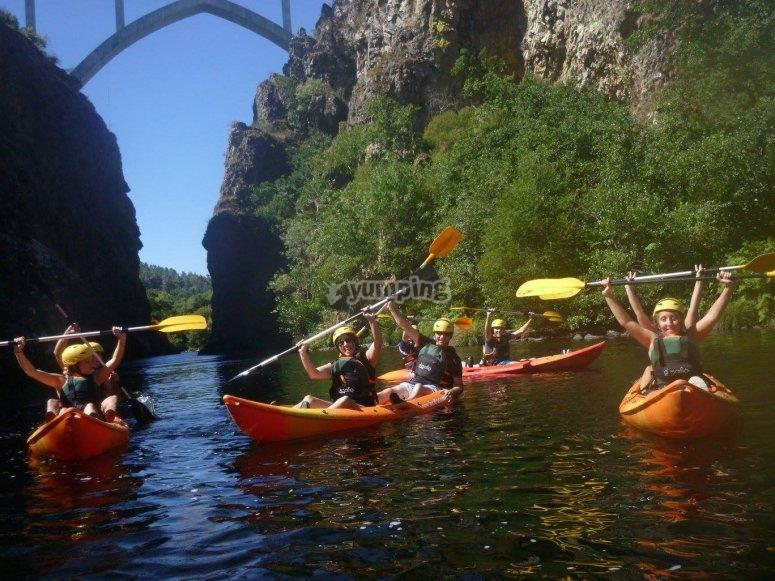 Bajo el puente en kayak