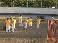 Peña de amarillo en la plaza