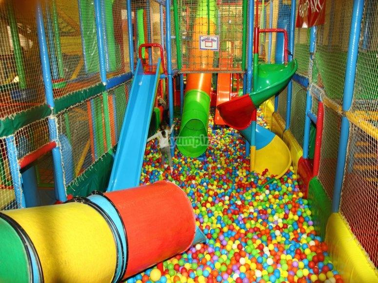 Miles de bolas de colores