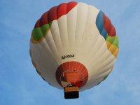 彩色气球在飞行中