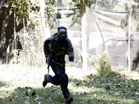 corriendo en la partida de paintball