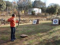 tirando con arco y flechas
