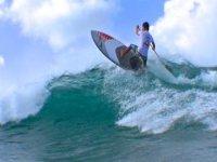 Paddle surf con spin sull'onda