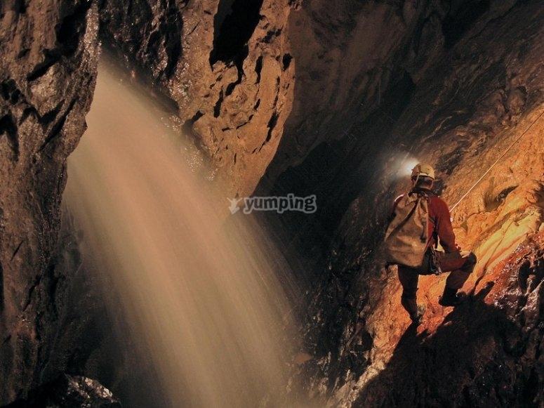 洞穴中的Rappel