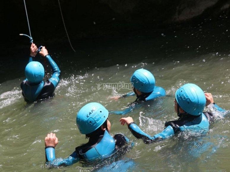 Con los cascos de seguridad en el agua