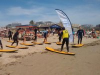 Leccion en tablas de surf amarillas
