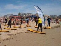 Leccion en tablas de surf amarillas
