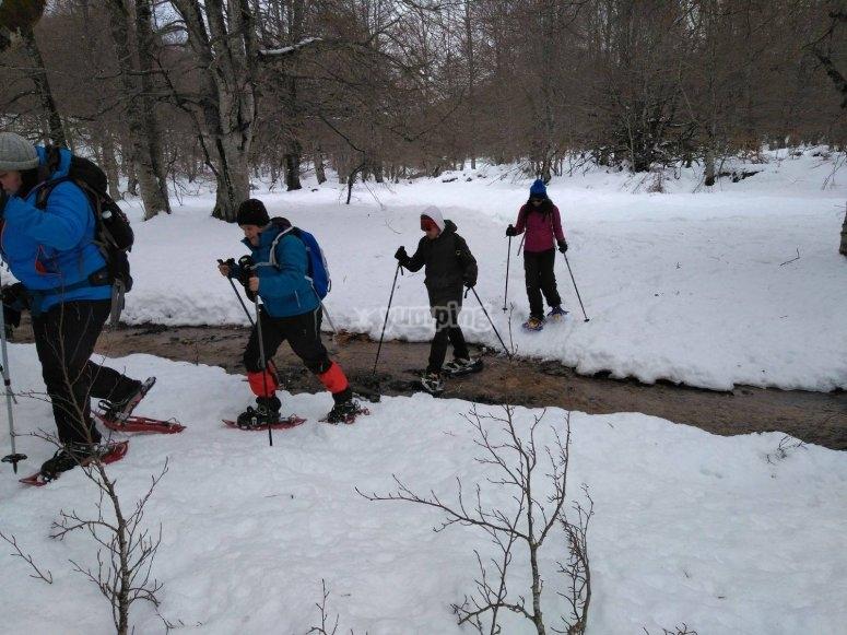 Atravesando riachuelo con raquetas de nieve