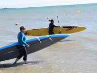 Transportando tablas de sup amarilla y azul