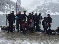 Buceadores bajo hielo