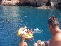 Nadando con el hinchable acuatico