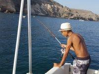 Asomandose al mar mientras pesca
