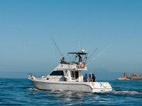Barco de pesca alejandose del puerto