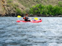 Remando en un kayak individual