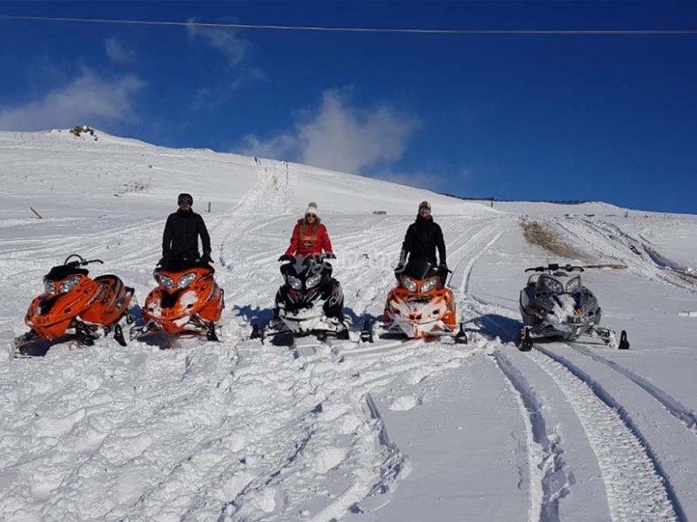 Divertida travesía con motos de nieve