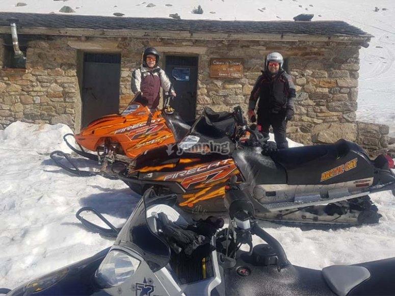 Descubriendo recónditos rincones en moto de nieve