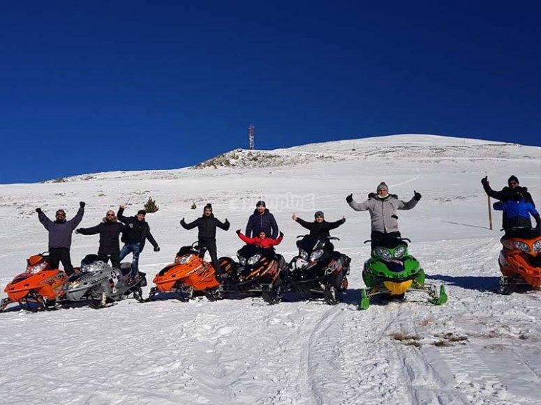 Teniendo una excursión con motos de nieve