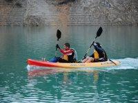 夫妇皮划艇运动员双座独木舟在沼泽