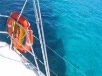 在清澈的海水中航行