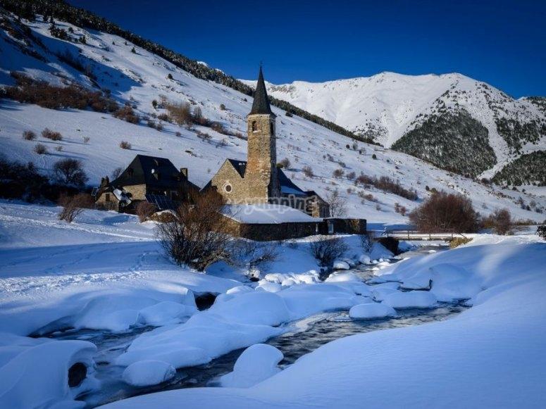 Iglesia y rio helado