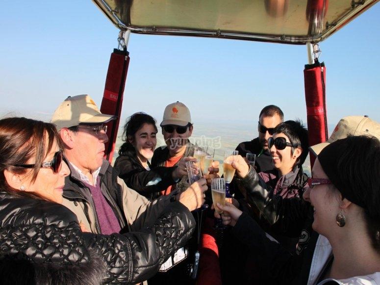 Celebrazione finale dopo il volo in mongolfiera