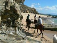 Bordeando los acantilados a caballo