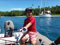 Nino llevando la embarcacion