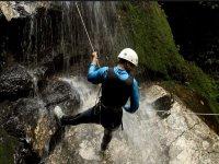 descenso en rappel por cascada