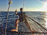 Salpicado por el agua del barco