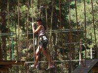Avanzando en la pasarela de cuerdas