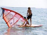 chico con el windsurf