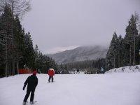 在赛道上滑雪