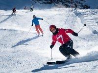 与轨道上的滑雪板滑雪转弯