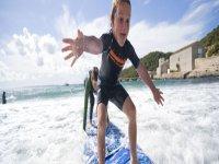 nino en tabla de surf