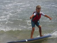 Alumno de surf con gafas para el agua