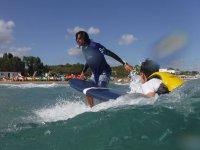 Delante del alumno de surf