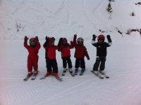 Jovenes alumnos de esqui