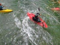 Kayaks en aguas bravas