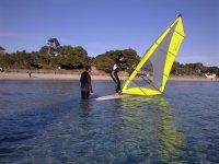 Aprende Windsurf en Ibiza Cursos de Windsurf. Aprenderás los rumbos, viradas, trasluchadas, y a ser autonomo en el agua.
