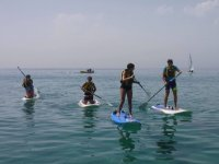 En tablas de sup de rodillas y de pie