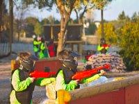 Niños disparando con la marcadora