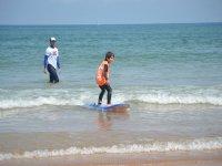 nino haciendo surf