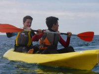 Dos chicos en un kayak