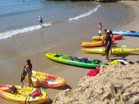 Kayaks en la linea de la playa