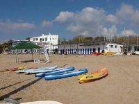 Kayaks y tablas junto a la escuela