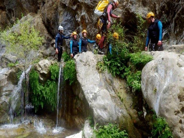 Grupo realizando descenso de barrancos - Foto de barranquismorioverde.com