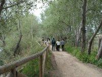 Personas paseando a la vera del rio Coria